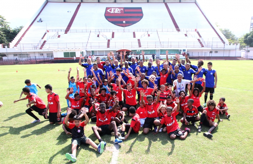 Euro Colchoes participa de ação beneficente para a escolinha de futebol da mangueira
