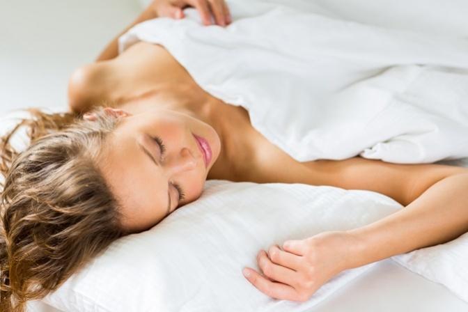 Mulher dormindo confortavelmente